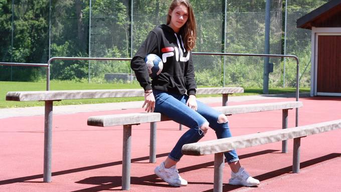 Die 16-jährige Liv Rusert hat kürzlich ihren ersten SPL1-Vertrag bei Yellow Winterthur unterschrieben. Die Neeracherin hat beim HC Dietikon-Urdorf mit Handballspielen begonnen.