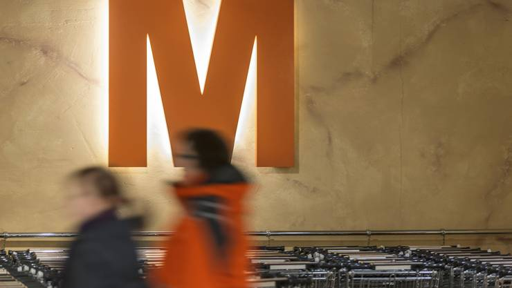 ARCHIVBILD ZUM STELLENABBAU BEI DER MIGROS AARE, AM DIENSTAG, 17. SEPTEMBER 2019 - Customers walk past the supermarket trolleys and the orange Migros-M logo, pictured on March 5, 2013, at the Migros branch in Baden, Switzerland. Migros is Switzerland's the largest retail company. (KEYSTONE/Gaetan Bally)..Kunden gehen an den Einkaufswagen und dem orangen Migros-M vorbei, aufgenommen am 5. Maerz 2013 in der Migros-Filiale in Baden. (KEYSTONE/Gaetan Bally)