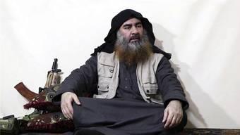 Es gibt nur zwei Fotos von Abu Bakr Al-Baghdadi, beide sind Screenshots aus Videos. Dieses hier stammt vom Frühjahr 2019, als er sich erneut an seine Anhänger wandte.Bild: AP
