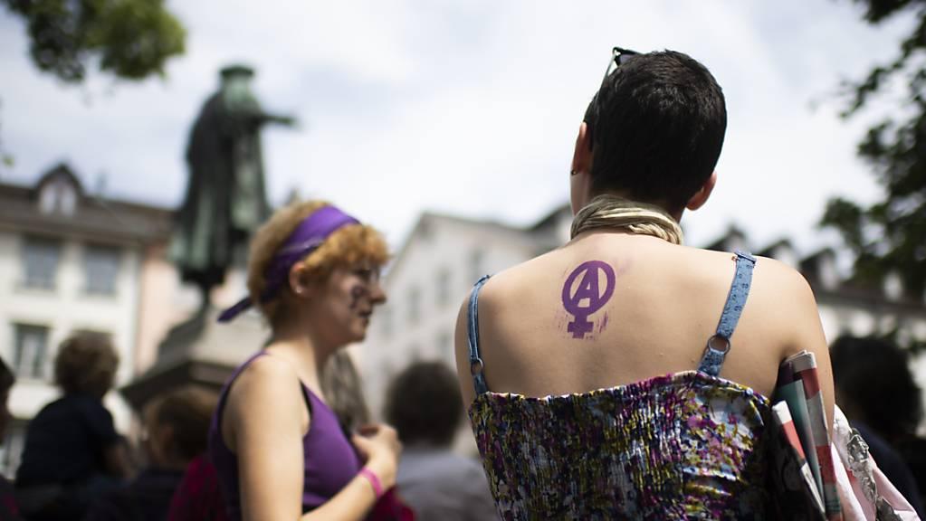 Vor zwei Jahren versammelten sich in St. Gallen beim zweiten nationalen Frauenstreik rund 4000 Frauen und Männer. Auch dieses Jahr finden am 14. Juni wieder Aktionen und Kundgebungen für mehr Gleichstellung statt. (Archivbild)