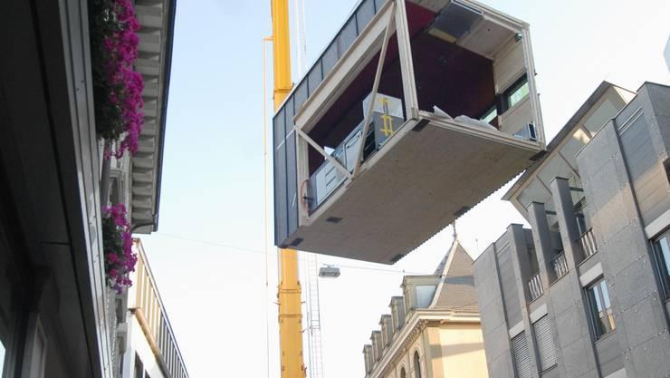 Höhenflug: Ein 80-Tonnen-Kran hebt die Sushi-Box von der Badstrasse aus in hr Winterquartier auf der Terrasse des Restaurants Hirschli. (Walter Schwager)