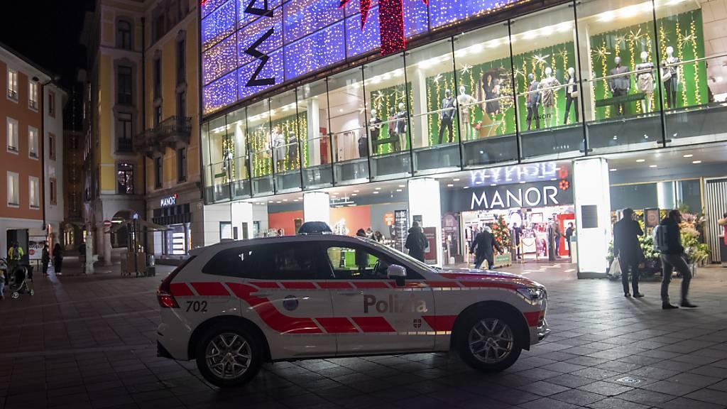 Im Kaufhaus Manor in der Innenstadt von Lugano griff Ende November 2020 eine 28-jährige Schweizerin zwei Frauen an und verletzte eine von ihnen mit einem Messer schwer. (Archivbild)