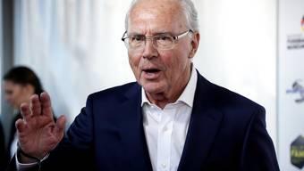Die «Neue Post» schreibt, Franz Beckenbauer sei am Ende seiner Kräfte. Er habe «zwei Herz-OP» hinter sich, einen Augeninfarkt und leide unter Hüftproblemen.