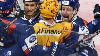 Der Zürcher Goldhelm war wieder einmal Gold wert: Fredrik Pettersson lässt sich nach dem 1:0 gegen die SCL Tigers feiern
