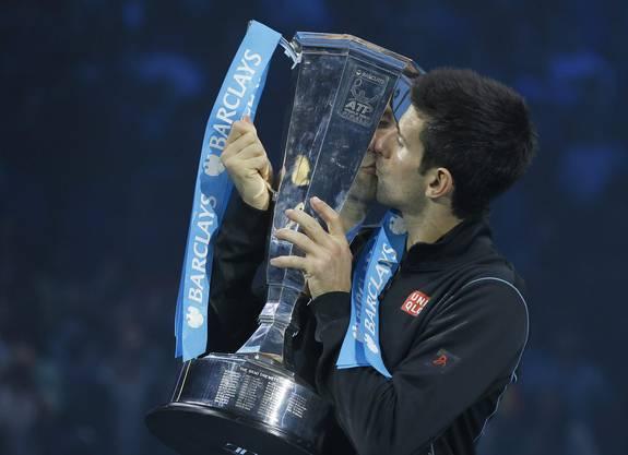 Der Sieger und die Trophäe: Djokovic in der Pose des Champs.
