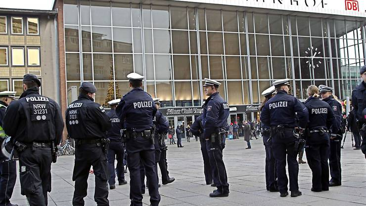 Polizisten patrouillieren um den  Kölner Hauptbahnhof. Dort war es in der Silvesternacht zu zahlreichen sexuellen Übergriffen auf Frauen gekommen.
