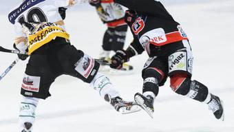 Tristan Scherweys Check gegen Fribourgs Benjamin Plüss