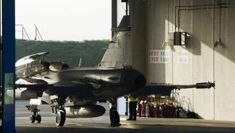 Ein Saab Gripen F Demonstrator der Schwedischen Luftwaffe startet auf der Airbase Emmen zu einem Testflug (Archiv)