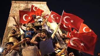 Nach dem gescheiterten Putschversuch in der Türkei kommt es zu Jubelfeiern im ganzen Land.