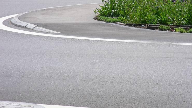 Velofahrer knallte in Kreisel-Randstein und verunfallte schwer. (dmi/Archiv)