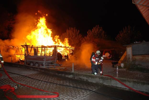 Ein Geräteunterstand wurde durch einen Brand vollständig zerstört worden. Verletzt wurde niemand. Spezialisten der Kantonspolizei Solothurn haben Ermittlungen zur Brandursache aufgenommen. Am gleichen Ort hatten am 19. Januar 2015 und am 4. März 2015 bereits ein Holzschopf und eine Holzbaracke gebrannt.