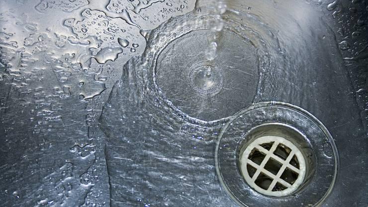 Man vermutet mittlerweile, dass undichte Hauswasserinstallationen das Problem sein könnten. (Symbolbild)