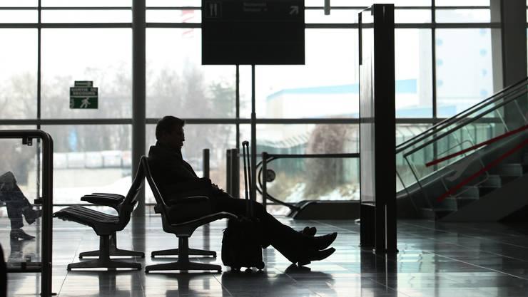 In der Abflughalle des Basler Euro-Airports traf Ali auf seinen Schlepper.