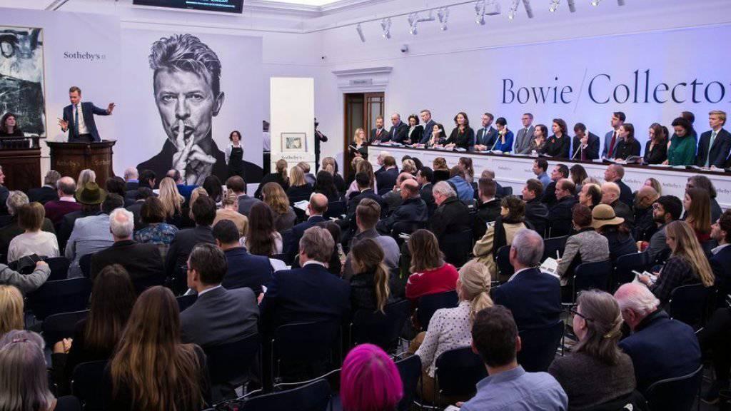 Blick in den Auktionsraum in London, wo die Kunstsammlung des im Januar gestorbenen Rock-Weltstars David Bowie versteigert wurde.