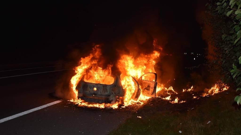 Auto auf der Autobahn A2 ausgebrannt