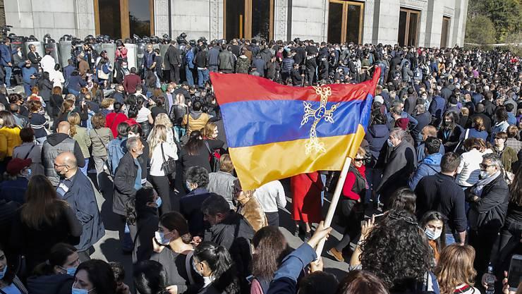 Die Proteste gegen das Abkommen zur Einstllung der Kämpfe um die Region Berg-Karabach brechen nicht ab. Foto: Dmitri Lovetsky/AP/dpa