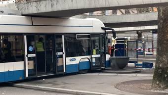 Bus kollidiert mit Haltestelle.