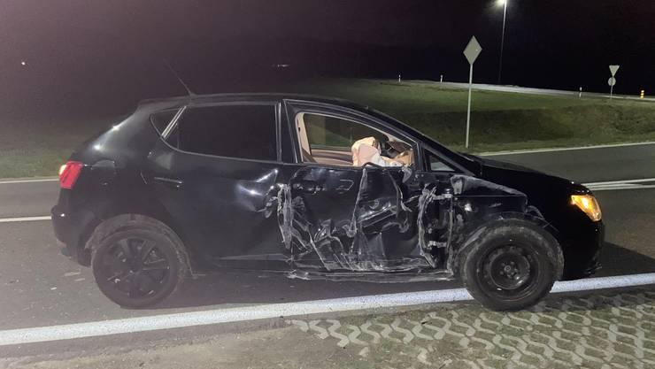 Die junge Lenkerin nickte am Steuer ein und kam in der leichten Linkskurve von der Fahrbahn ab. In der Folge prallte das Auto gegen eine Strassenlampe.