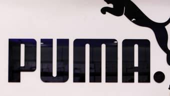 Der Sporartikelhersteller Puma passt die Umsatzprognose für 2018 an.