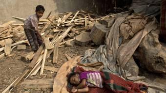 Zwei obdachlose Kinder im Slum von Gauhati, Indien (Symbolbild)