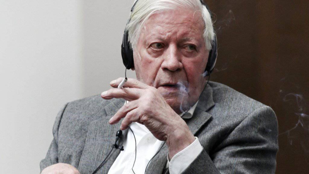 Helmut Schmidt rauchend während einer Konferenz (Archiv)