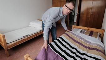 Die UMA können kommen. Thorsten Binus macht in einem Doppelzimmer ein Bett parat.Kenneth Nars