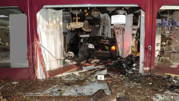 Ein Auto landete im Lampenladen.
