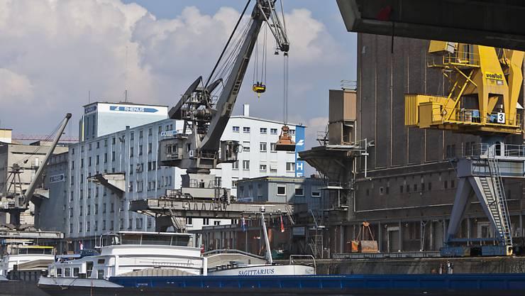 Die Schweizer Exporte sind 2016 auf einen Rekordstand geklettert. Dennoch darben zwei der drei grossen Ausfuhrsparten. (Archiv)