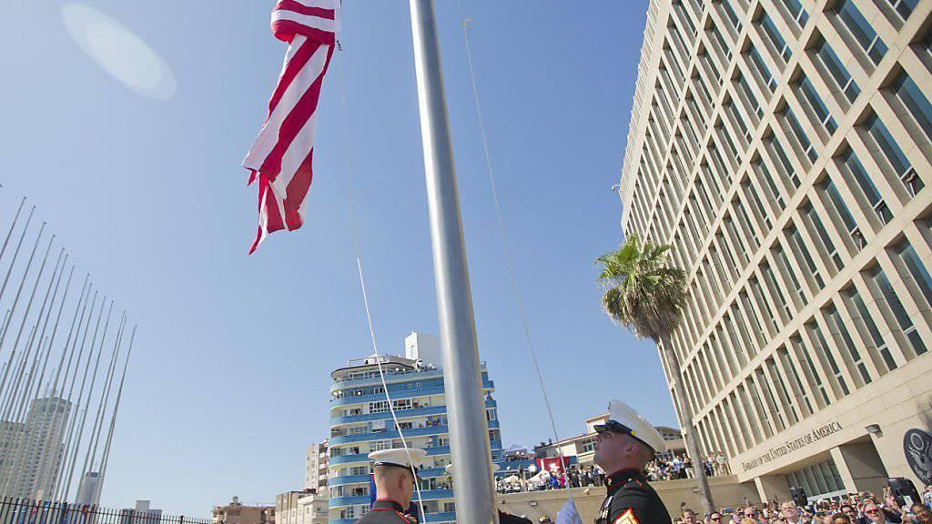 US-Marines hissen die Flage bei der Botschaft in Havanna.