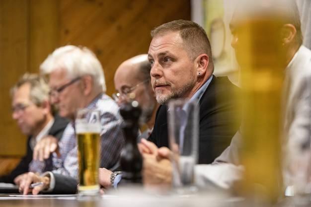 Rolf Laube als Projektleiter von Rheintal+ nimmt nach dem Abstimmungsabend vor den Medien Stellung an der Pressekonferenz im Kreuz in Kaiserstuhl.