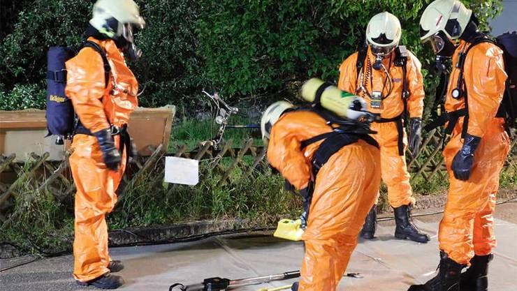 In Schutzanzügen haben sich die Fachkräfte der Feuerwehr im deutschen Niederhof ans Werk gemacht.