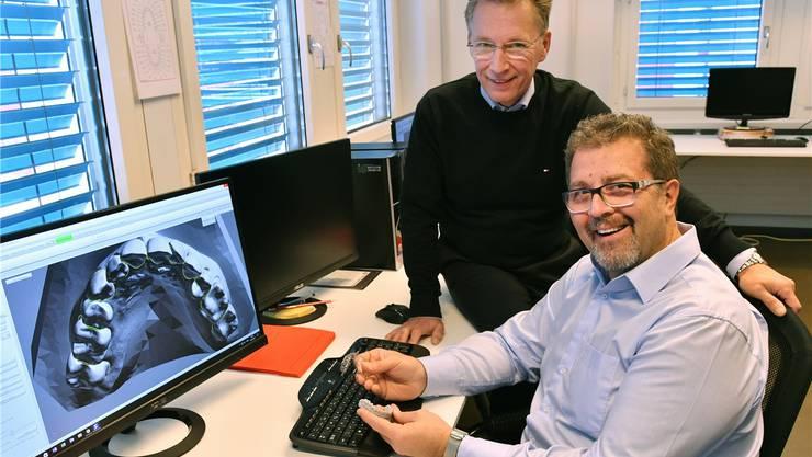 Jochen Meirowski (links) und Milan Stojanovic erklären das 3-D-Kiefermodell am Computer. Fotos: Bruno Kissling