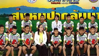 Die zwölf aus einer Höhle in Thailand geretteten Jugendlichen präsentieren sich der Öffentlichkeit.