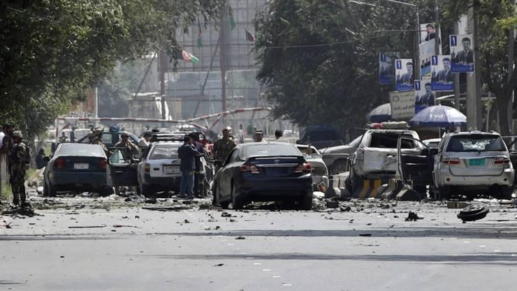 Bei einem Autobombenanschlag auf einen Kontrollpunkt in einer stark gesicherten Zone in der afghanischen Hauptstadt Kabul sind mindestens zehn Menschen ums Leben gekommen. Die Taliban bekannten sich zu dem Anschlag.