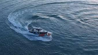 Wie im Film: Ein Polizist springt auf das führerlose Boot über und kann es schliesslich stoppen.