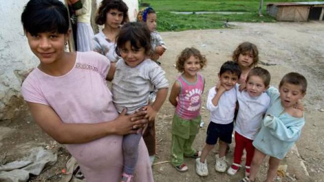 Eine Roma-Familie steht vor ihrem Haus .