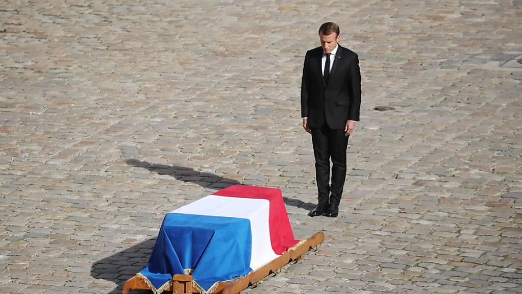 Frankreichs Staatspräsident Emmanuel Macron erwies am Montagvormittag dem ehemaligen Staatschef Jacques Chirac die letzte Ehre.