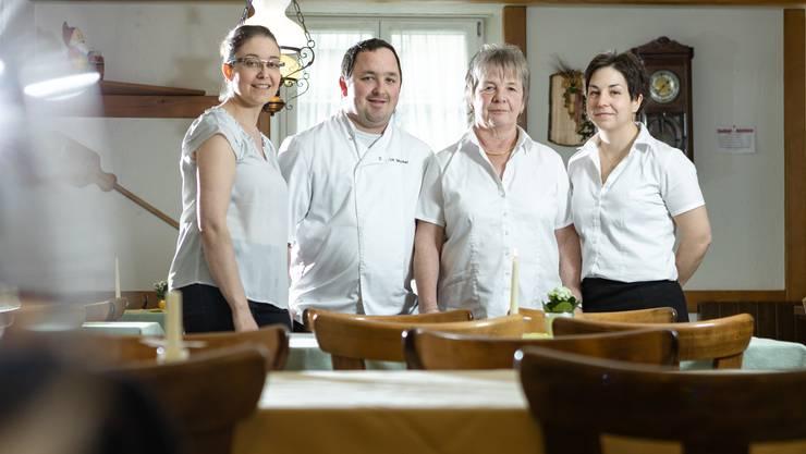 Bei ihnen startet morgen Freitag der AZ-Jasskönig: Karin Kessler- Michel, Patrick Michel, Elisabeth Michel und Margrith Michel (von links) in der Gaststube des Restaurants Traube in Küttigen.