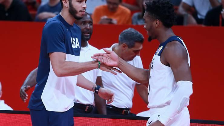 Auf Kurs Richtung Titel-Hattrick: Der Amerikaner Donovan Mitchell (rechts) klatscht mit Kollege Jayson Tatum auf den Viertelfinaleinzug ab