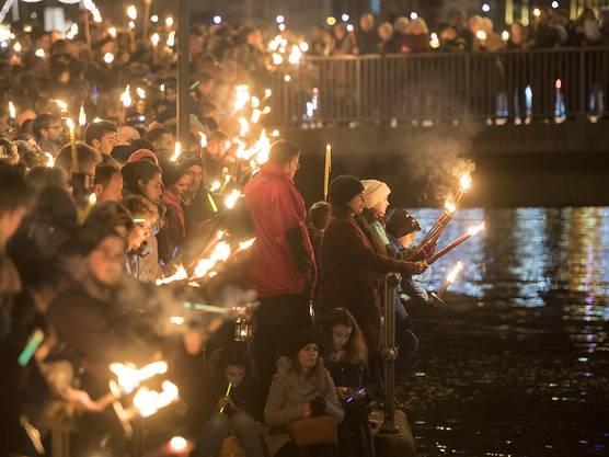 Mehrere Tausend Christen zelebrierten am Silvesterabend an der Luzerner Reuss eine Lichtfeier