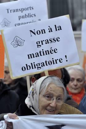 Demonstartion von Senioren und Seniorinnen in Lausanne gegen die Umstellung des ÖV-Abonnements.