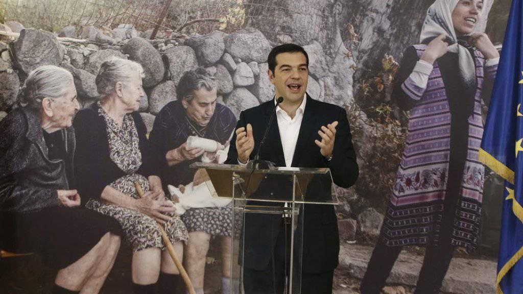 Griechenlands Regierungschef Tsipras startet die Umverteilung von Flüchtlingen nach Westeuropa. Insgesamt 30 Menschen flogen an Bord eines kommerziellen Fluges von Athen nach Brüssel.