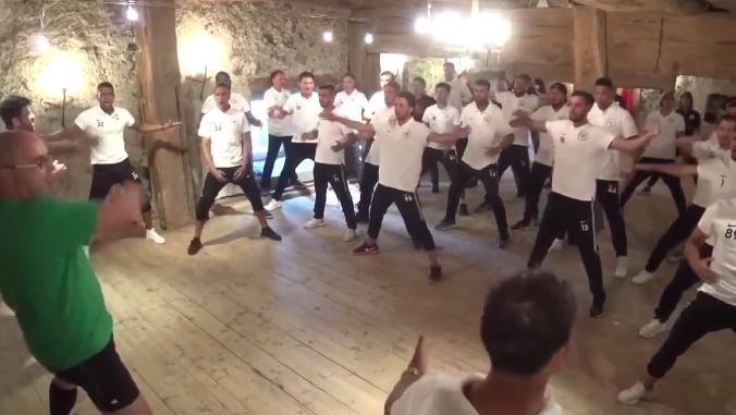 Die Spieler des FC Wil tanzen den Haka.