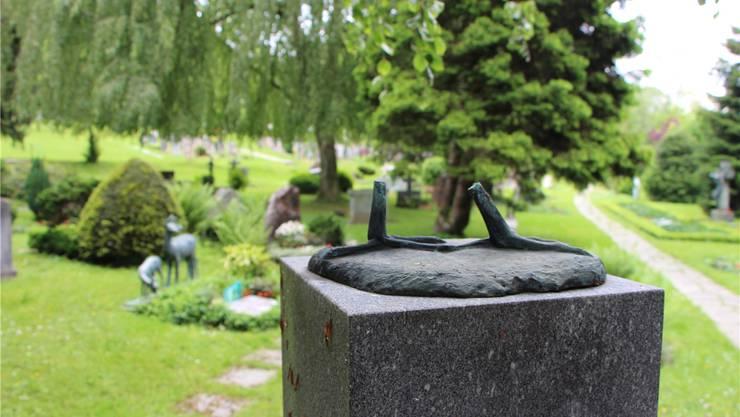 Weggeschlagen und geraubt: Die beiden Kraniche auf dem Brunnen im Friedhof Liebenfels.