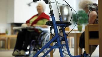Mehr und stärker pflegebedürftige Menschen lassen die Kosten für die Gemeinden steigen. Symbolbild: Hanspeter BÄrtschi