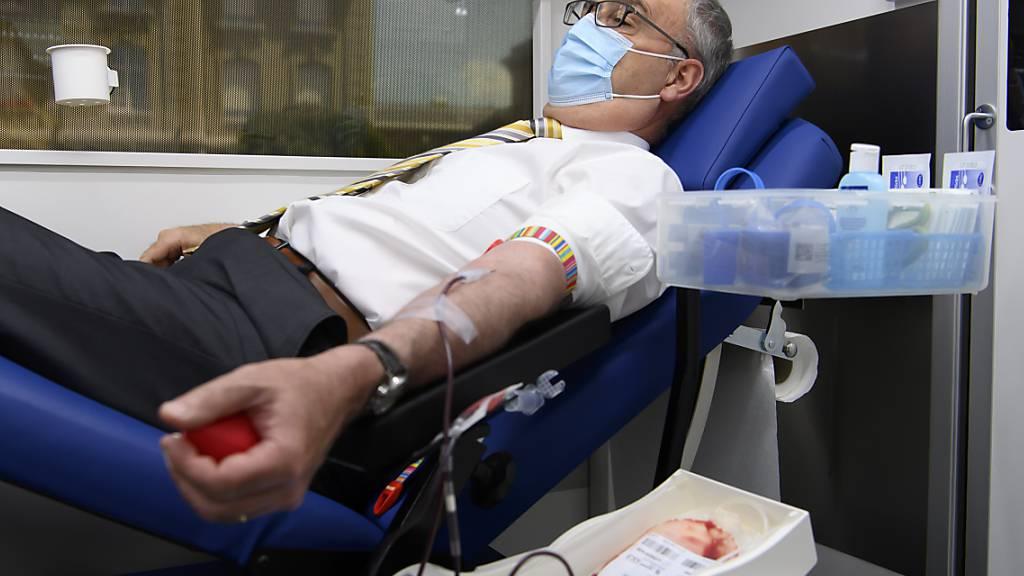 Bundespräsident Guy Parmelin ging im Hinblick auf den Weltblutspendetag am kommenden Montag 14. Juni mit gutem Beispiel voran.