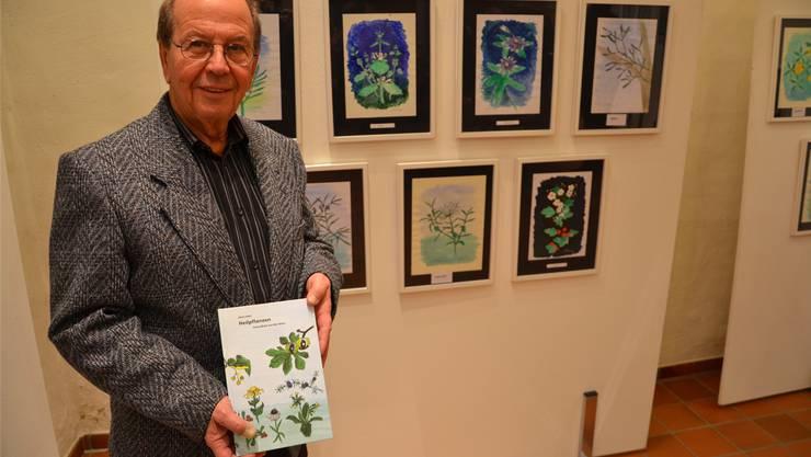 Heini Hehl mit seinem Buch «Heilpflanzen – Gesundheit aus der Natur» in der Alten Trotte.