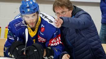 Jan Brejcak lauscht den Anweisungen von Coach Arno Del Curto