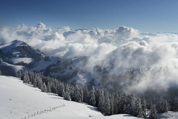 Blauer Himmel und Wolken über den Bergen, fotografiert von der Rigi Kulm