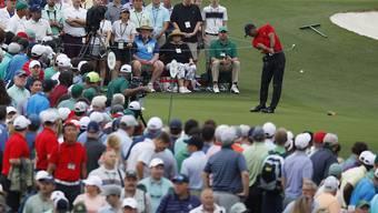 Der Golfstar Tiger Woods inmitten herumziehender Fans - Golf wäre ein Herd der Virusinfektion